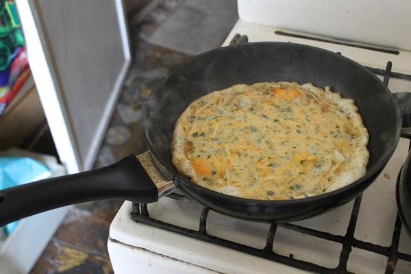 Легкий завтрак: яичница с тыквой и петрушкой